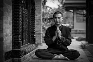 Фото Мужчина Поза лотоса Черно белые Сидящие Позирует Рука Ног Монах