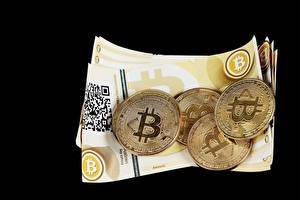 Фотография Деньги Биткоин Банкноты Монеты На черном фоне