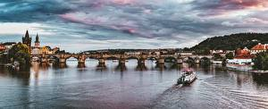 Картинки Прага Чехия Речка Мост Речные суда Карлов мост Вечер Небо Vltava город