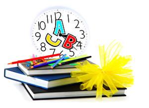 Фотография Школа Часы Белом фоне Книга Карандаши