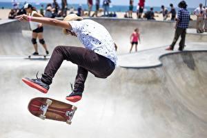 Картинка Скейтборд Мужчина Ног Прыгает спортивные