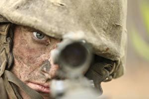 Картинка Солдат Военная каска Смотрит Оптическим прицелом
