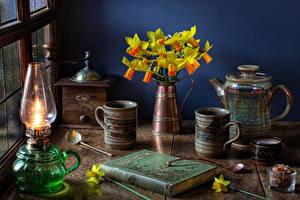 Картинки Натюрморт Нарциссы Керосиновая лампа Чайник Вазе Кружки Книги цветок