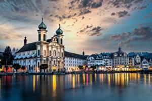 Обои для рабочего стола Швейцария Реки Дома Церковь Вечер Небо Lucerne, Reuss River, Jesuit Church город