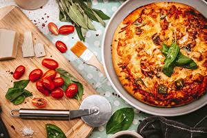 Картинка Томаты Пицца Сыры Разделочной доске Кисть