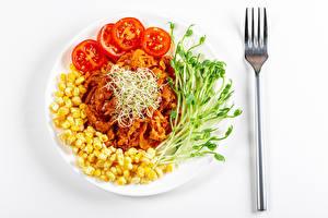 Фото Овощи Томаты Кукуруза Белом фоне Тарелка Вилка столовая Продукты питания