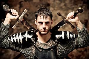Картинка Воины Мужчина Рыцарь Смотрит Броня Рука Меч