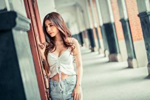 Фотографии Азиатка Размытый фон Шатенки Майки девушка