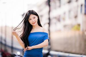 Фотография Азиатка Брюнетка Платье Рука Волос Боке Девушки