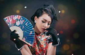 Обои Азиатка Брюнетка Веер Руки Перчатки молодые женщины