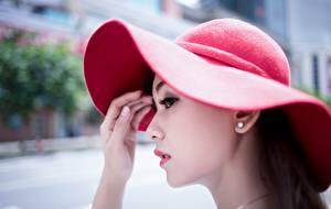 Фото Азиатки Шляпы Рука Размытый фон молодая женщина