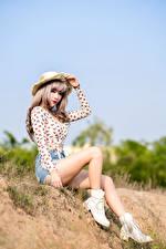 Картинки Азиаты Сидит Ноги Шорт Шляпа Блузка молодые женщины