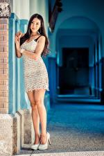 Фото Азиатки Туфель Ног Платья Смотрит Красивая девушка