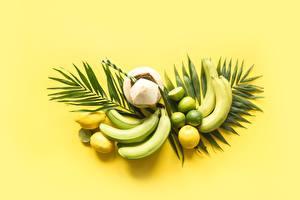 Обои для рабочего стола Бананы Лимоны Кокосы Фрукты Листва Цветной фон Продукты питания