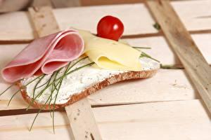 Картинка Бутерброд Хлеб Сыры Ветчина Помидоры