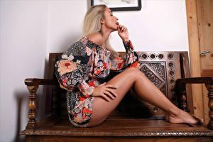 Фотография Cara Mell Блондинки Сидит Ног Платья молодые женщины
