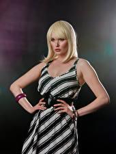 Картинка Carla Monaco Блондинка Платья Рука Взгляд молодая женщина