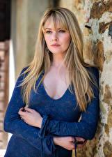 Картинки Carla Monaco Блондинок Платья Руки Взгляд молодые женщины
