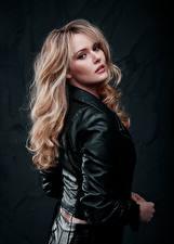 Фотография Блондинок Куртка Волос Смотрят Carla Monaco молодые женщины