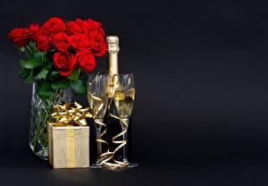 Картинка Шампанское Букет Розы Бокал Подарок Коробки Бант Черный фон Пища Цветы