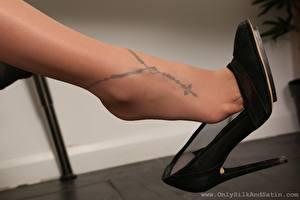 Фото Крупным планом Ноги Туфли Колготок Тату молодые женщины
