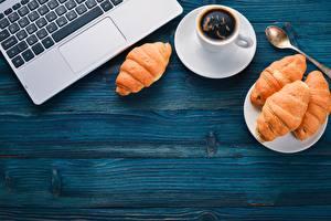 Обои для рабочего стола Кофе Круассан Клавиатура Чашке Ложки Ноутбук Доски Шаблон поздравительной открытки Пища