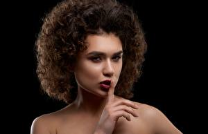Фотографии Кудрявые Жесты Черный фон Модель Макияж Причёска молодая женщина