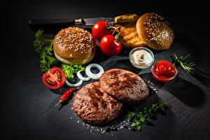 Обои для рабочего стола Фастфуд Гамбургер Булочки Котлеты Томаты Кетчуп Солью Пища