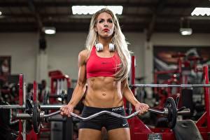Фото Фитнес Блондинки Штангой Спортзале В наушниках Тренируется Живота спортивные Девушки