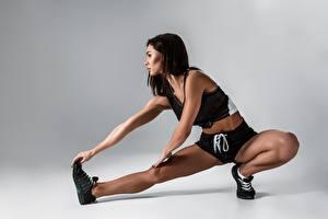 Картинки Фитнес Брюнетки Ног Растягивается спортивные Девушки