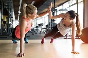 Фотографии Фитнес Два Тренируется Улыбка Руки Спорт Девушки