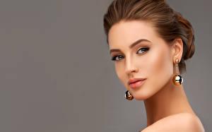 Фотография Сером фоне Шатенки Лицо Смотрят Серьги Модель молодые женщины