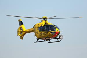 Фото Вертолеты Желтая Летят EC135 G-WPDB, Airbus Helicopters Авиация