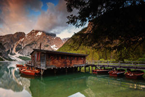 Фото Италия Озеро Гора Пирсы Лодки Lake Braies Природа