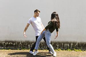 Фотография Мужчины Две Танцы Шатенки Руки Джинсы Девушки