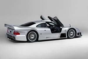 Фотография Mercedes-Benz Серебристый Металлик Сбоку Двери Сером фоне CLK GTR AMG Coupe, 1997 Автомобили