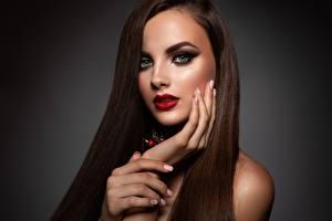Картинки Модель Руки Маникюр Лицо Макияж Взгляд молодые женщины