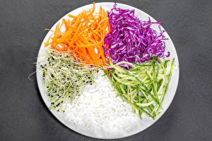 Обои Рис Овощи Морковка Капуста Огурцы Сером фоне Тарелке Нарезка Пища