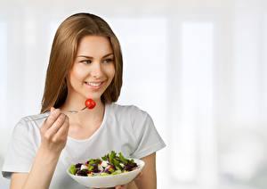 Обои Салаты Милые Улыбка Вилки Миска Здоровое питание девушка Еда