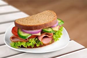 Фотография Сэндвич Хлеб Ветчина Овощи Тарелке Продукты питания