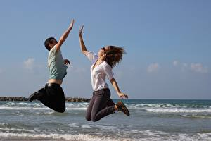 Фотографии Море Мужчина 2 Прыгает Очков девушка