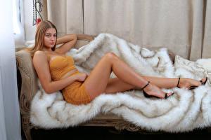 Фото Диван Лежачие Ноги Красивые Смотрит Sophie девушка