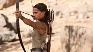 Обои Tomb Raider: Лара Крофт 2018 Алисия Викандер Лара Крофт Луком кино Девушки