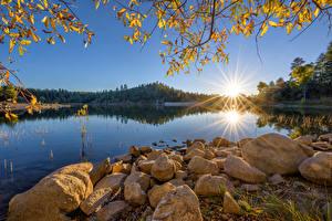 Картинки Америка Утро Озеро Камни Солнца Деревья Goldwater Lake, Prescott, Arizona Природа