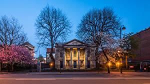 Фото Великобритания Весна Храмы Церковь Вечер Цветущие деревья Уличные фонари St George's Church Belfast Города
