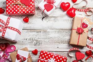 Фотографии День всех влюблённых Сердечко Подарок Шаблон поздравительной открытки Доски