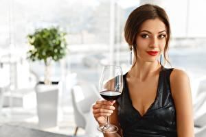 Обои Вино Шатенка Смотрит Платья Бокалы молодые женщины