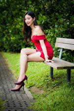 Фотографии Азиатки Скамья Сидящие Ног Туфель Красная Платья Улыбается девушка