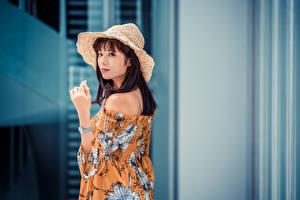Фото Азиаты Шатенка Шляпа Блузка Рука Смотрят молодые женщины