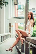 Обои Азиаты Шатенки Ног Туфли Платье Смотрит молодые женщины